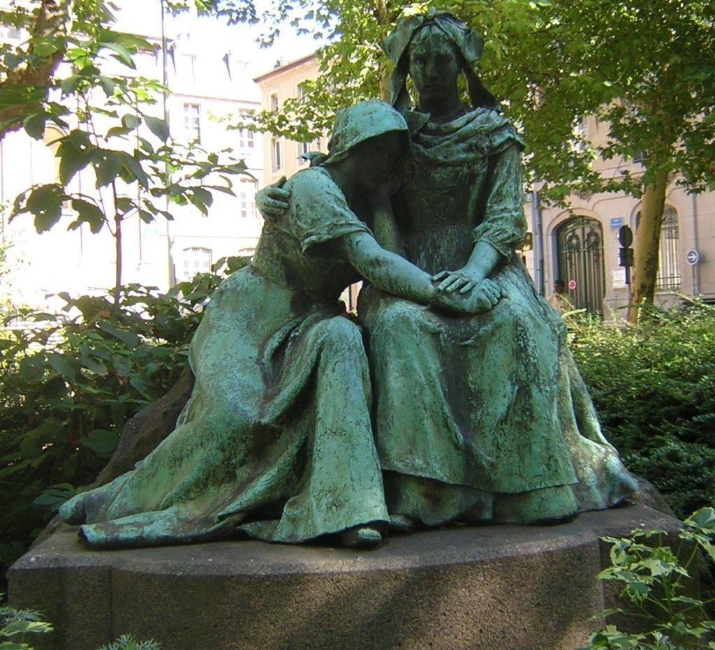 Le monument des Deux Sœurs La Lorraine pleurant sur l'épaule de l'Alsace (Statue de P. Dubois à Nancy)